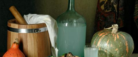 самогон в бутылке на столе