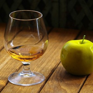 бокал с самогоном из яблок и яблоко