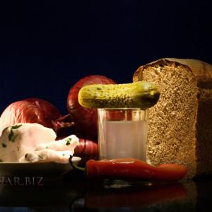 очищенный самогон на столе и закуска