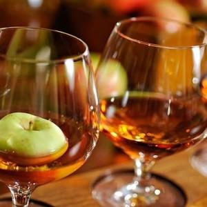 самогон из яблок в бокалах на столе