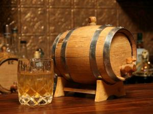 виски из самогона готовят в дубовом бочонке