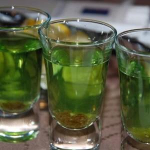 абсент из самогона в стаканах