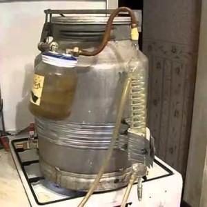 самогонный аппарат из бидона на кухне
