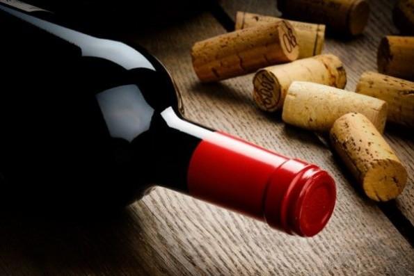 вино в бутылке из темного стекла