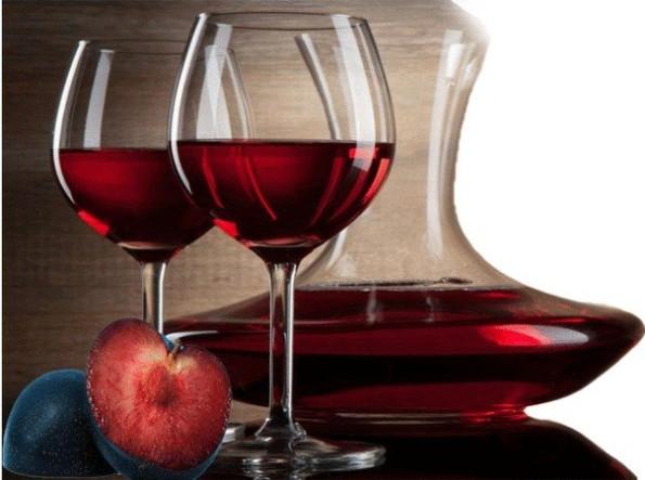 вино на столе в бокалах