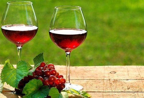 Красное вино в бокалах