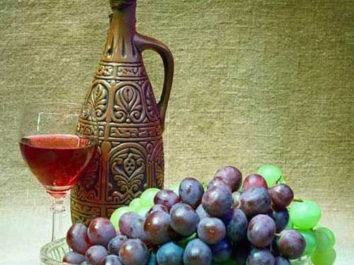 Домашнее красное вино в кувшине