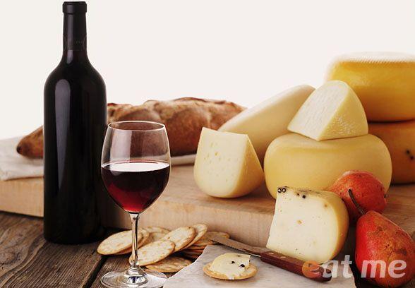 Вино в бокале и сыр
