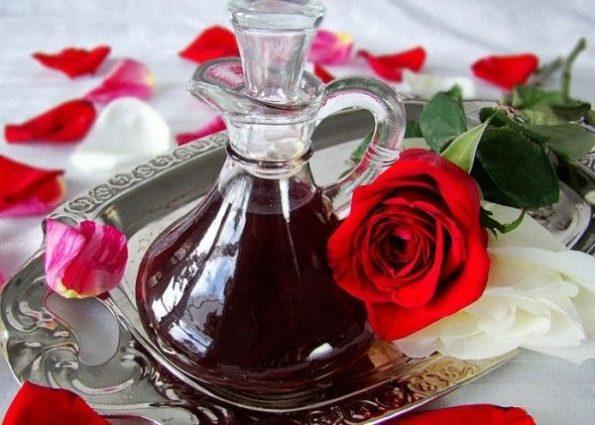 Настойка и роза на столе