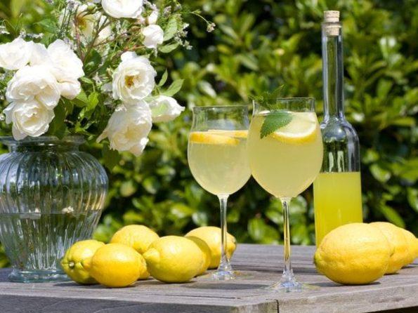 Лимончелло в бокалах