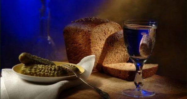 Настойка и хлеб на столе