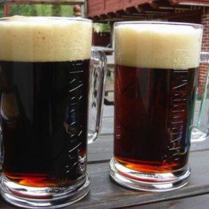 Темное пиво в бокалах