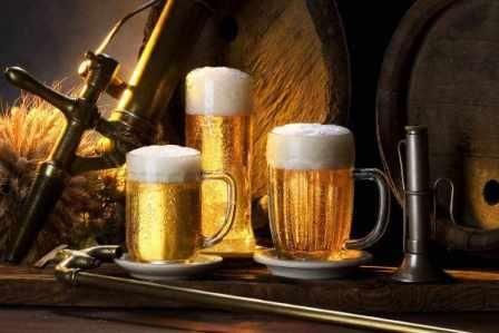 Пиво в бокалах и бочонке