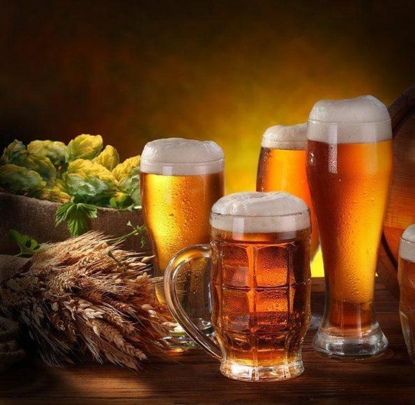 Пиво в бокалах и кружках