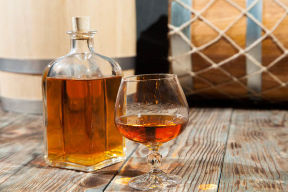Бутылка и бокал со спиртным